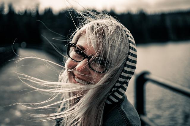 femme heureuse vivant sa meilleure vie après avoir été larguée par son amour